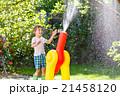 少年 子供 噴水の写真 21458120