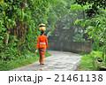 バリ島 お供え物を乗せて歩く女性 21461138