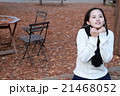 冬の木漏れ日の透明感いっぱいの女の子 21468052