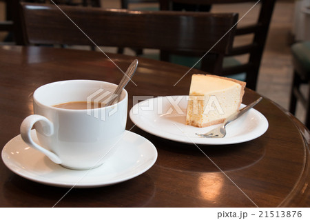 Coffee cup and Cheesecake in coffee shopの写真素材 [21513876] - PIXTA