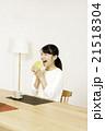 メロンパンを食べる若い女性 21518304