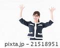 両手を挙げる女性 21518951