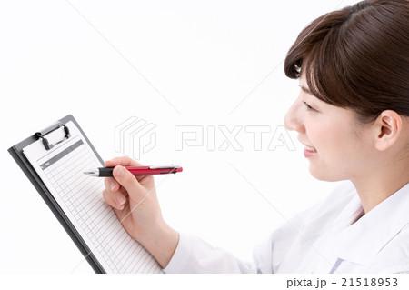 チェックリストをつける女性 21518953