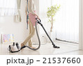 掃除機をかける女性 21537660