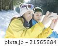 スキー場で写真を撮るカップル 21565684