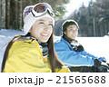 スキー場で座る20代カップル 21565688