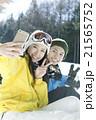 スキー場で写真を撮るカップル 21565752