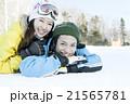 雪の上に寝転ぶ20代カップル 21565781