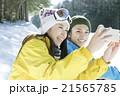 スキー場で写真を撮るカップル 21565785