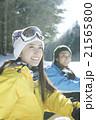 スキー場で座る20代カップル 21565800
