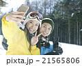 スキー場で写真を撮るカップル 21565806