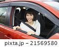 車に乗る、笑顔の若い女性ドライバー 21569580