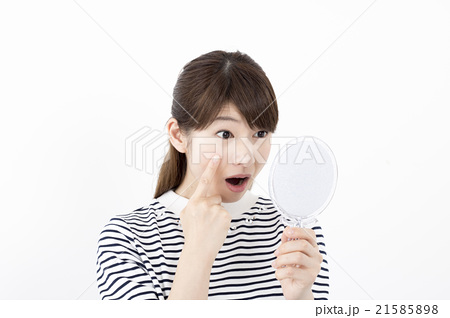 美容・ビューティーイメージ~手鏡を見る20代日本人女性 21585898