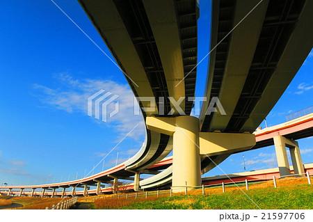 首都高速江北ジャンクションの川口線方面の風景と青空と荒川河川敷 21597706