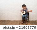 ギターを弾く女の子 21605776