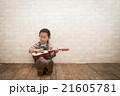 ギターを弾く女の子 21605781