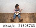 ギターを弾く女の子 21605783