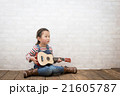 ギターを弾く女の子 21605787