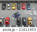鳥瞰の駐車場に青色クルマが駐車スペースにバックしている 21611953