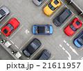 鳥瞰の駐車場に青色クルマが駐車スペースにバックしている 21611957