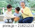モルモットと触れ合う子どもと祖母 21621213