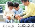 モルモットと触れ合う子どもと祖母 21621215