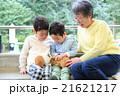 モルモットと触れ合う子どもと祖母 21621217