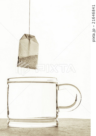 Tea bag with cup of water  on the white backgroundの写真素材 [21646841] - PIXTA