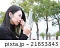 タブレット端末をさわるストレートロングヘアの若い女性 21653843