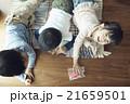 家で遊ぶ子供 21659501