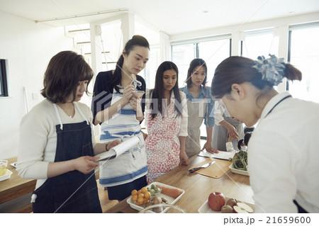 料理を習う女性 21659600