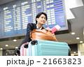 沢山の荷物を運ぶビジネスマン 21663823