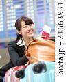 沢山の荷物を運ぶビジネスウーマン 21663931