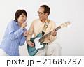 エレキギターを演奏するシニア男性とマイクで歌うシニア女性 21685297