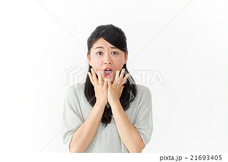 女性一人(表情 驚く)  21693405