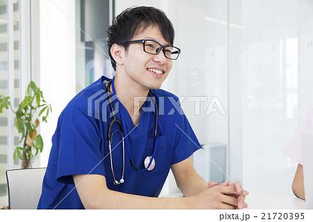 医師とスーツの男性 21720395