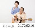 ギターを演奏するシニア男性とマイクで歌うシニア女性 21726219