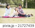 シャボン玉で遊ぶ女の子と両親 21727439