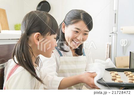 お菓子作りをする母と娘 21728472