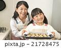 お菓子作り 手作り 親子の写真 21728475