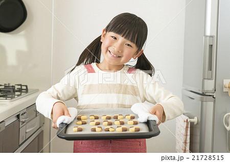 手作りクッキーを持つ女の子 21728515