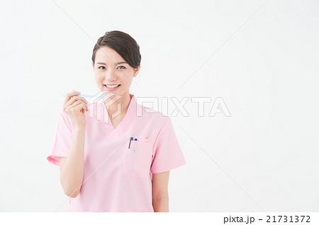歯ブラシを持つ女性(歯医者) 21731372