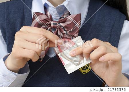 コンドームを持つ女子高生 21735576