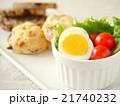 ゆで卵とトマトのサラダ スーコンランチプレート(縦位置) 21740232