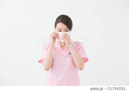 マスクをつける医療従事者(20代女性) 21754231