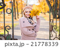 Young woman posing in an autumn park 21778339