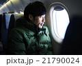 飛行機に乗る男性 21790024