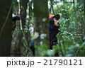 森林を歩く男性たち 21790121