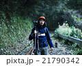自然を冒険する男性 21790342