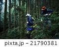 森林を歩く男性たち 21790381
